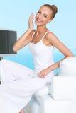 Грациозно женщина в белом обмундировании Стоковые Фото