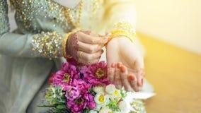Грациозно представления девушек вручают нося bangles золота, с красивым Стоковые Фото