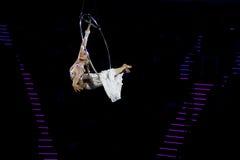 Грациозно танцулька выполнила на воздушном кольце стоковая фотография
