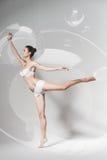 Грациозно танцы балерины в пузыре Стоковая Фотография
