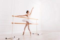 Грациозно тренировка девушки в классе балета Стоковые Фотографии RF