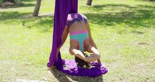 Грациозно циркаческий танцор разрабатывая видеоматериал