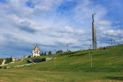 ГРАЧОНОК Стеллы взгляда и памятник виска к Джордж победоносное в городе самары Стоковые Фото