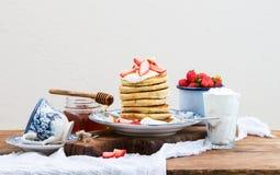 градиенты завтрака произведения искысства editable не наслаивают никакой используемый комплект Башня блинчика с свежими клубникам Стоковые Фото