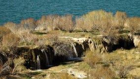 Гребень водопада с тазом озера на заднем плане акции видеоматериалы