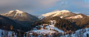 Гребень горы зимы утра восхода солнца стоковые фото