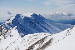 Гребень горы Snowy с северными тенями отливки стороны Стоковая Фотография