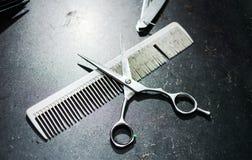 Гребень и ножницы на пакостной таблице Стоковое Изображение RF