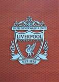 Гребень клуба футбола Ливерпуля на новой главным образом стойке Стоковое фото RF
