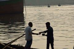 Гребля и заработок в реке Бангладеше стоковые фото