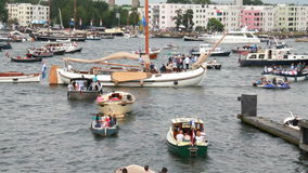 Гребля людей на ветриле Амстердаме акции видеоматериалы