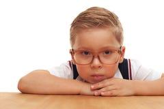 Грейдер серьезного красивого мальчика первый в школе стоковое изображение rf