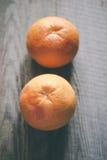 2 грейпфрута на деревянной предпосылке Стоковая Фотография RF