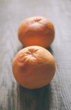 2 грейпфрута на деревянной предпосылке Стоковые Изображения