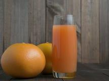 2 грейпфрута с стеклом сока Стоковые Изображения RF