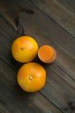 2 грейпфрута с стеклом сока Стоковые Фотографии RF