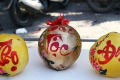 3 грейпфрута украшенный для торжества въетнамского Нового Года на рынке в Hoi, Вьетнаме стоковое фото