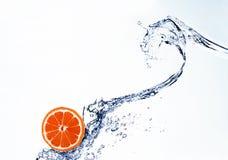 Грейпфрут в брызге воды стоковое фото
