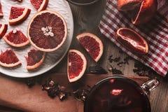 Грейпфрут в половине и куски на темной установке настроения Стоковое Фото