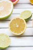 Грейпфрут лимона, известки и sweetie на белой древесине Стоковые Фото