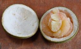 Грейпфрут на деревянной доске Стоковое фото RF