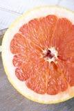 Грейпфрут на деревянной предпосылке Стоковые Фотографии RF