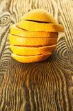 Грейпфрут отрезал в кольца лежа на таблице Стоковое фото RF