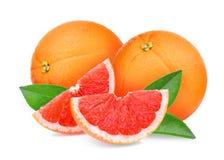 Грейпфрут целого и кусков красный при изолированные листья зеленого цвета стоковое фото