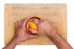 Грейпфрут Juicing человека рубиновый красный на деревянной доске Стоковая Фотография