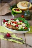 Грейте зажаренный салат из курицы с овощами и плодоовощами Стоковые Изображения