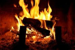 Грейте огонь с естественными деревянными журналами Стоковые Изображения RF