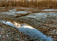 Грейте покрашенное отражение горы берег реки Стоковое Изображение RF