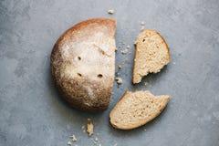 Грейте, свеже хлеб рож Отрежьте куски Сорвите часть Взгляд сверху Еда фермы сделанная от муки и яичек стоковые изображения