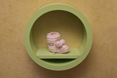 Грейте связанный носок для младенца на полке стоковое изображение