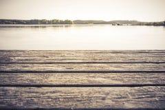 Грейте тонизированный взгляд берега озера Стоковые Фото