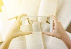 Грейте фильтрованные руки взгляд сверху фотографируя книги положения квартиры cel Стоковые Фотографии RF