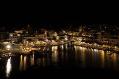 Грек пасха в Крите в ажио Nikolaos Ноча пасхи на озере Voulismeni Стоковое Изображение
