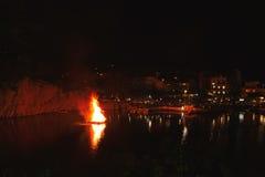 Грек пасха в Крите в ажио Nikolaos Ноча пасхи на озере Voulismeni Стоковые Изображения RF