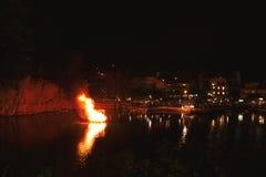 Грек пасха в Крите в ажио Nikolaos Ноча пасхи на озере Voulismeni Стоковое Изображение RF
