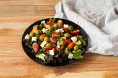 Грек салата, салат ovoshny, томаты, оливки, сыр, здоровая еда, диета с салатом, очень аппетитным салатом на деревянном столе Стоковое фото RF
