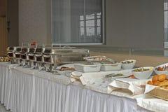 Грелки таблицы шведского стола стоковые фото