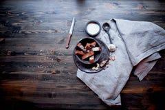 Гренки чеснока на серой linen ткани Фото атмосферические, грубый, деревенский стиль стоковые фотографии rf