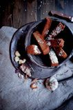 Гренки чеснока на серой linen ткани Фото атмосферические, грубый, деревенский стиль стоковое изображение