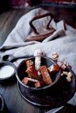 Гренки чеснока на серой linen ткани Фото атмосферические, грубый, деревенский стиль стоковые фото