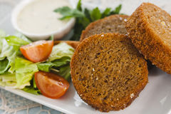 Гренки чеснока с овощами, травами и соусом Стоковая Фотография