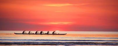 Грести на заходе солнца на Индийском океане стоковое изображение rf