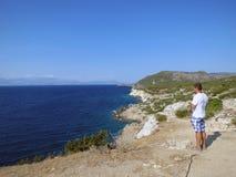 Греция, акр Ireo, человек наслаждается красотой стоковая фотография rf