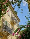 Греция, винтажный дом и цветки под голубым небом Стоковое Фото