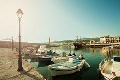 Греция Крит Rethymnon, шлюпки, море и ресторан Впечатление o стоковое изображение
