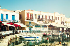 Греция Крит Rethymnon, шлюпки, море и ресторан Впечатление o стоковые изображения